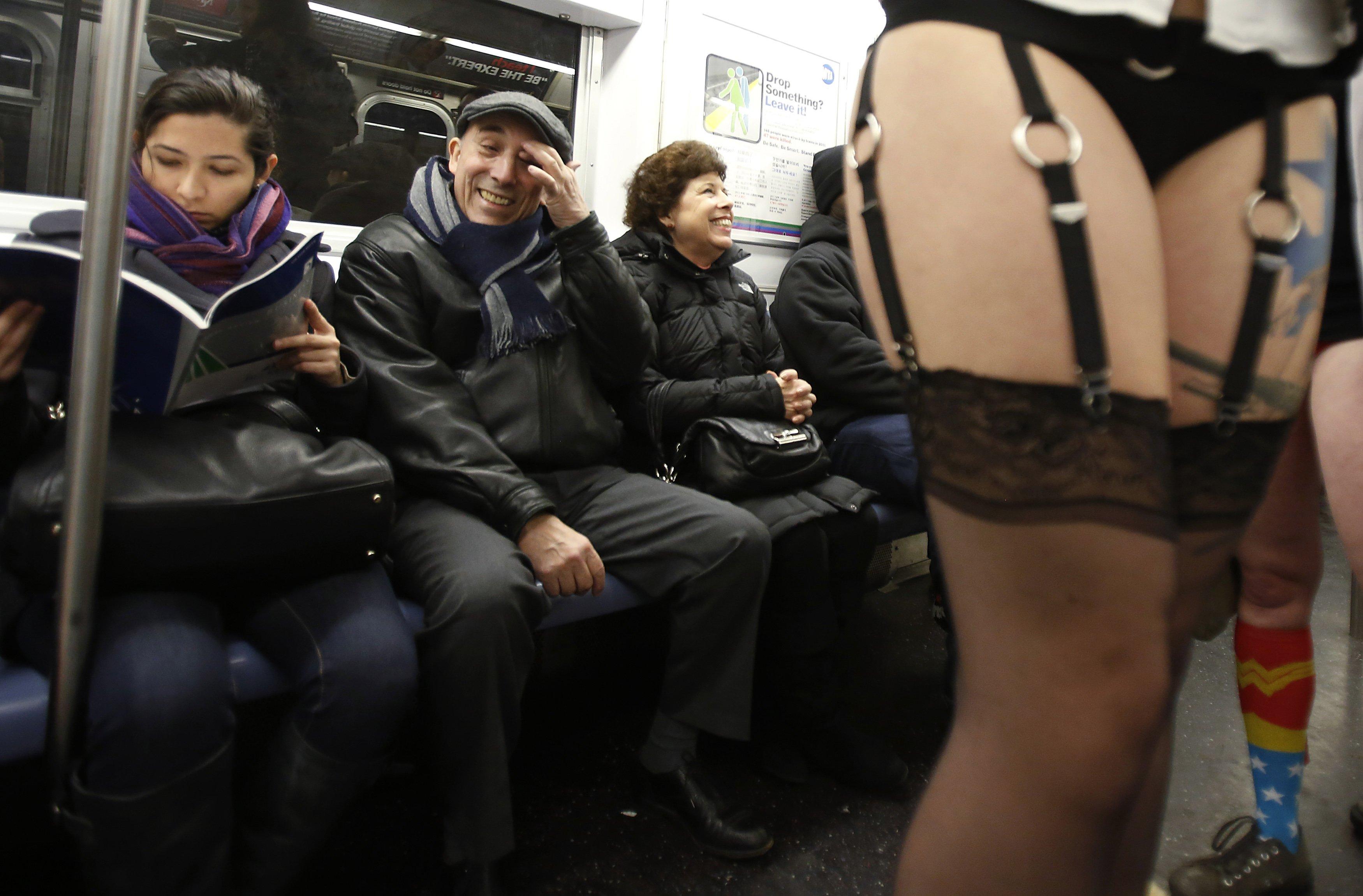 Девочку в метро раздели и трахнули видео фото 111-872