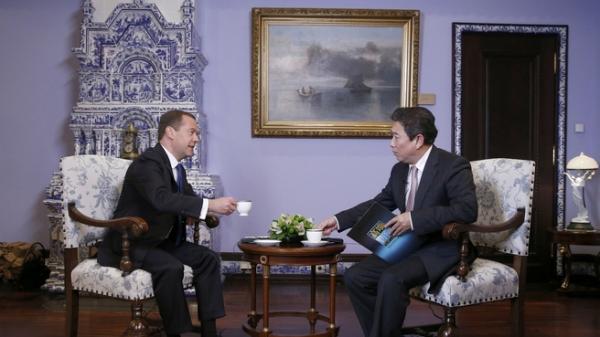 Медведев призвал претендентов впрезиденты США отказаться отстрашилок о РФ