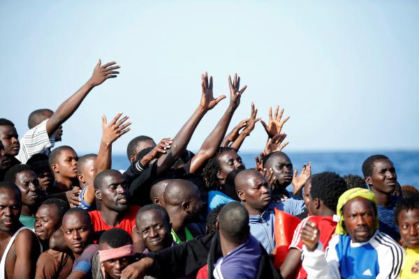 ФРГ желает освободиться отспасенных мигрантов, выселив ихвАфрику