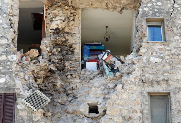 Тысячи граждан ночевали вмашинах ипалатках— Землетрясение вИталии