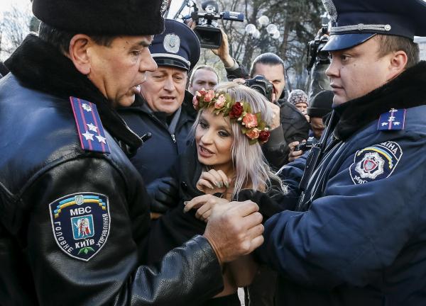 ВКиеве упосольства США протестуют активистки Femen ибойцы «Торнадо»