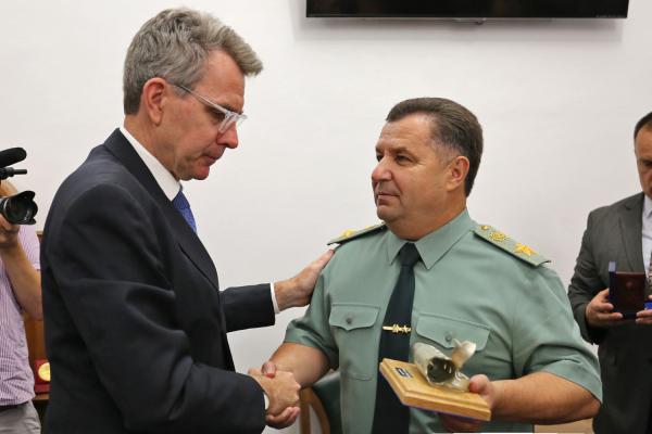 Руководитель Минобороны Украины взавершение каденции посла США наградил его «Знаком почета»