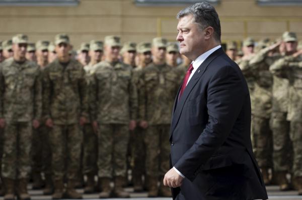 """Порошенко потребовал от украинских ученых разработать """"мощное оружие"""""""