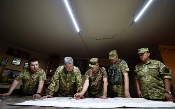 Порошенко тайно посетил Донбасс и подписал указ о демобилизации