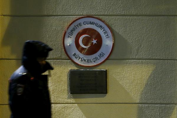 В столице России около 50 человек возложили цветы упосольства Турции