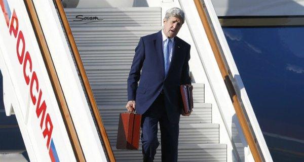 Тайна красного чемодана Керри раскрыта: счем госсекретарь США прилетал в столицу России