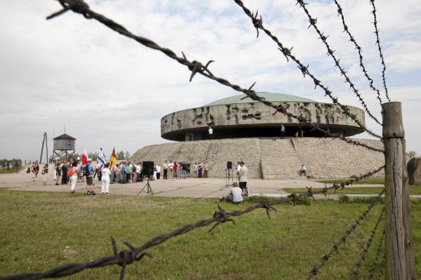 Украинцам, «зиганувшим» вбывшем нацистском концлагере, угрожает два года