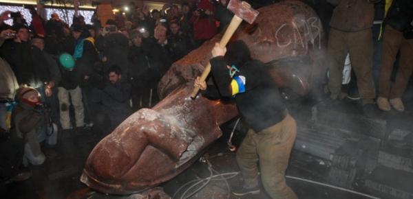 В рамках «декоммунизации» на Украине разрушено 800 памятников Ленину