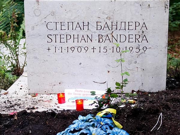 В Ровно попросили Порошенко повторно присвоить Бандере звание Героя Украины