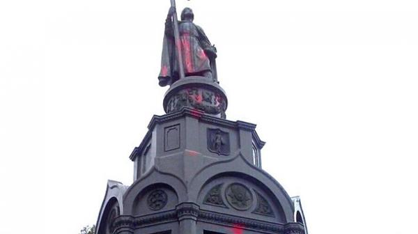 Вандалы облили красной краской памятник Владимиру в Киеве