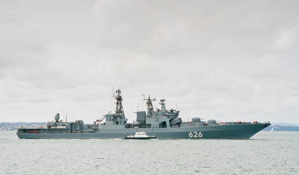 """""""Вице-адмирал Кулаков"""" отбуксировал украинское рыболовецкое судно на стоянку"""